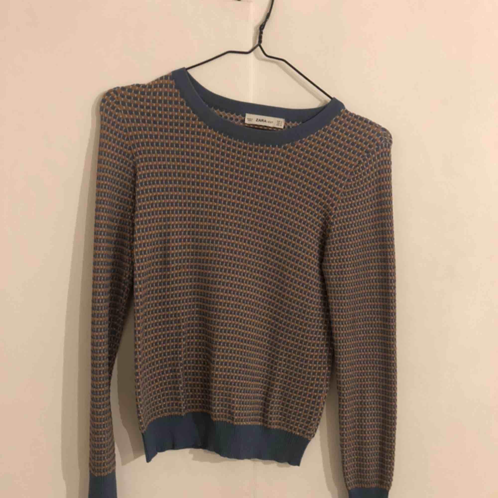 Superfin tröja från Zara, sparsamt använd. Frakten exkluderad i priset 🥰🥰. Toppar.
