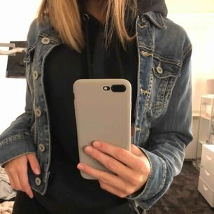 Fin mörkblå jeansjacka köpt på secondhand men kommer ifrån Lindex. Är i bra skick, köparen står för frakt!🥰