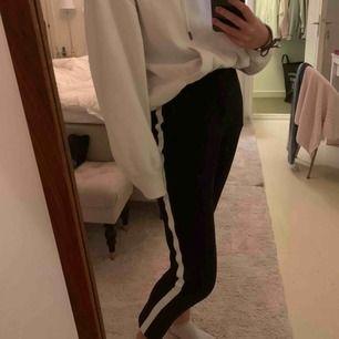 Ett par jättefina kostymbyxor från MQ. Aldrig använd och dom är i bra skick Dom är svarta med en vit rand på sidorna