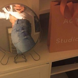 Skit snygga jeans från bershka med slits vid benen<3 ansvarar inte för postens slarv, ingår ej frakt