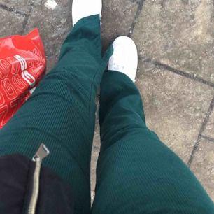 Såå fina gröna manchesterbyxor från nakd! Färgen är som bilden i mitten. Slitsar på insidan av benen. Älskar byxorna men de är Knappt använda då passformen inte riktigt passar mig</3