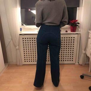Vintage 70 tals jeans, som nya men är tyvärr för stora för mig. Byxorna är 68cm runt midjan och har skit snygga orangea söm detaljer på sidorna.