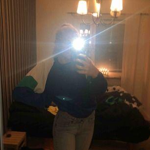 Säljer min älskade sweatshirt fyndad på second hand. Asball och skön, har varit en favorit men nu behöver den ett nytt hem<3