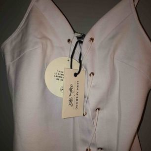 klänning från Linn ahlborgs kollektion med rebecca stella. Såå fin klänning men tyvärr är den för liten för mig, så den är helt oanvänd
