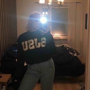 Säljer nu min älskade champion sweatshirt köpt på second hand. Väldigt bra skick, passar Xs-M beroende på hur man vill att den ska sitta