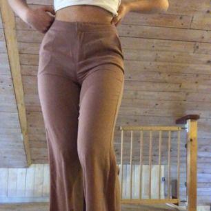Pris 250kr elr högstbjudande! Supersnygga NA-KD x Hannalicious byxor! Inte använda så mycket, kan användas både till vardag och uppklätt! Köparen står för frakt, men kan mötas upp i Lund! Mycket populära, slå till snabbt om du vill ha dem!