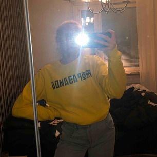 Coolaste sweatshirten ifrån carlings. Den är SÅ skön i materialet. Size M i herr, passa notg Xs-L beroende på hur man vill att den ska sitta