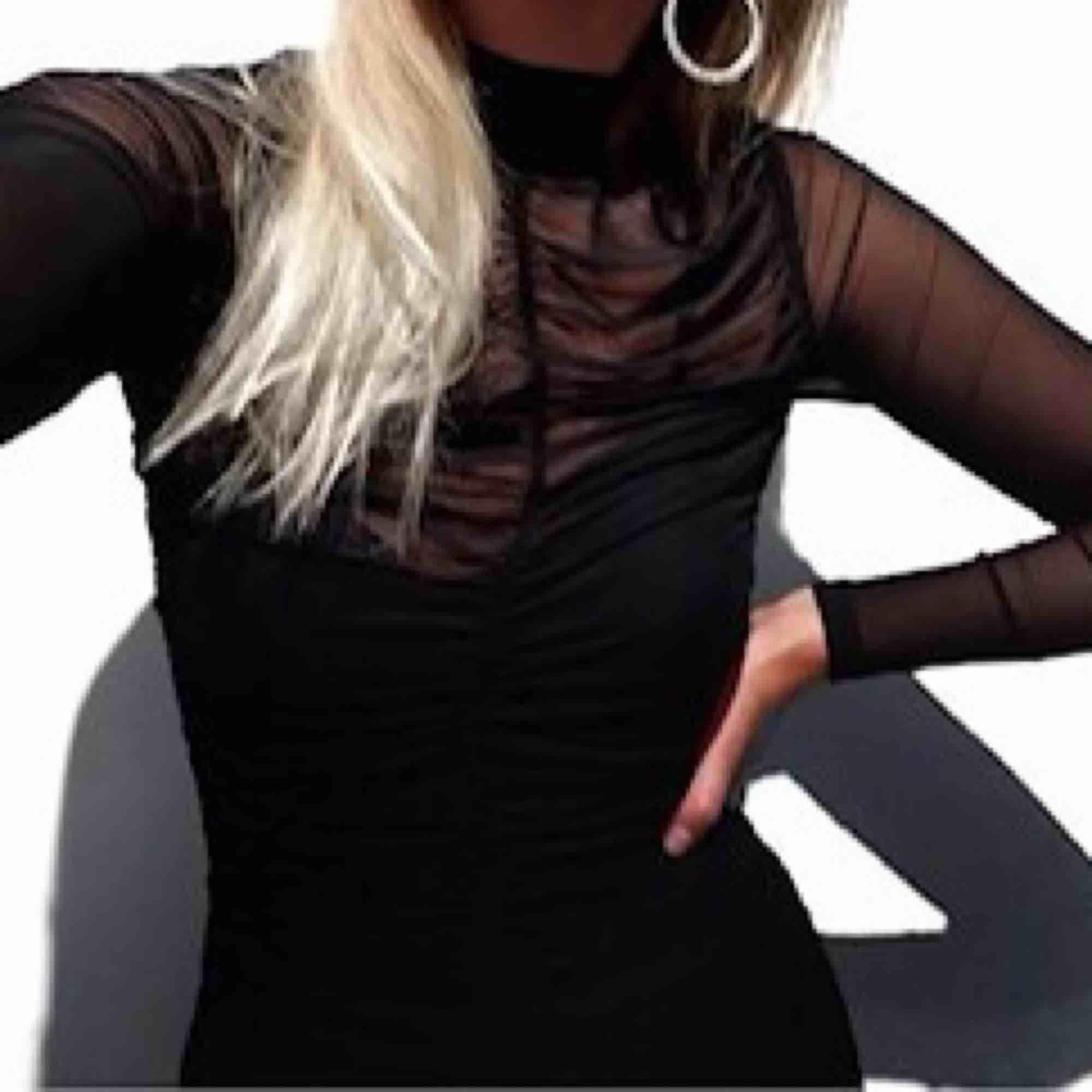 Klänning som är använd en gång så den är knappt använd. Man kan ha tex på nyår😍 Den är i mesh tyg men det är en svart långt tajt linne under. Kan frakta men då står köparen för frakten som är 50kr. Klänningar.