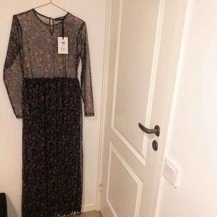 Supercool klänning i mesh som är blommig, tyvärr aldrig kommit till användning då prislappen sitter kvar. Storlek L men hade även passat en M. Köpt från Vero Moda för 399 kr och är från märket First And I. I nyskick.