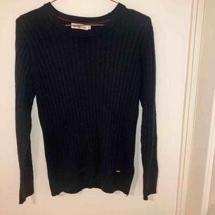 Snygg ribbad tröja i storlek M. Använd ett par gånger men i god skick.