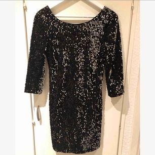 Sååå snygg kort svart paljettklänning!! Glittrar super snyggt och är perfekt till fest/nyår🎉 Använd en gång. Storlek S