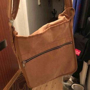 Marimekko väska köpt secondhand! Fettfläck bak på väskan men syns ju ej när man har den på sig