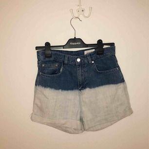 Jeansshorts från Monki i mom jeans modell. Använt ett par gånger men i väldigt bra skick. Storlek S.