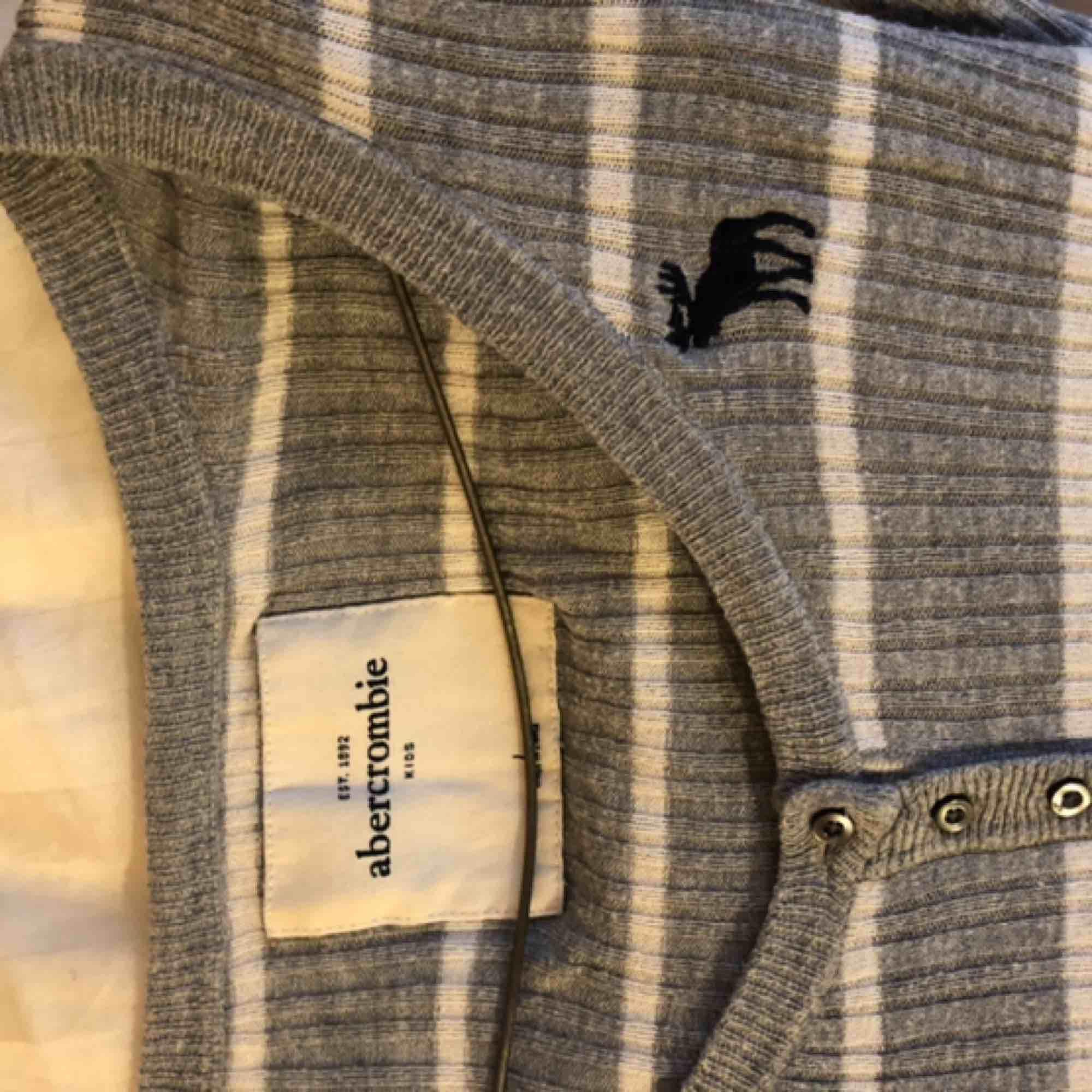 Skön o snygg tröja från abercrombie and Fitch. Sparsamt använd. Köparen står för frakt men kan mötas upp i Lund.. Toppar.