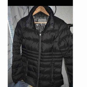 XL jacka Calvin Klein med synligt märke, det är en XL men skulle säga L också, köpte den för 2200 säljer nu för 600kr