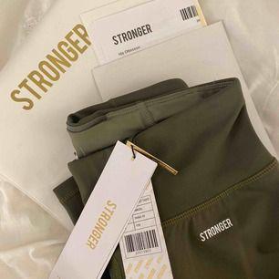 """Träningstights ifrån Stronger i färgen """"pangea"""". Finns inte längre på hemsidan. Aldrig använda, fortfarande prislapp på och ordinarie pris är 699kr. Jag säljer dem för 600kr inkl frakt. Påsar finns kvar."""
