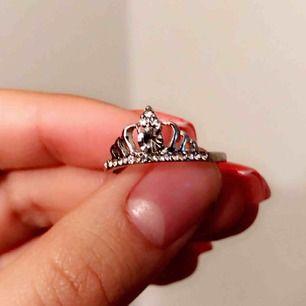 Suuuper fin kron ring i steril silver (den rostar ej) med massa diamanter 😍 inga skador/defekter. Fri frakt på denna :)