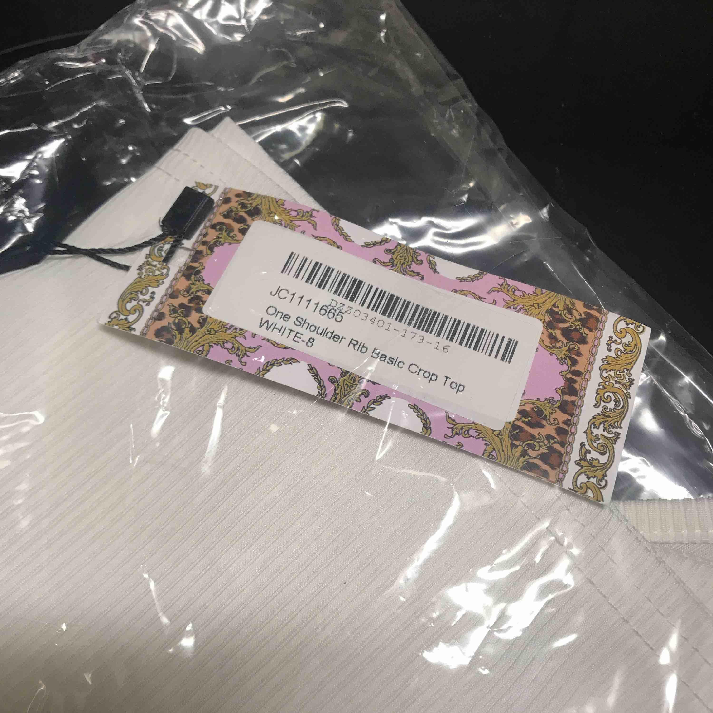 Helt ny tröja från Boohoo, säljer pga att det var så svårt & dyrt att returnera att jag gav upp. Kan frakta men då tillkommer fraktkostnad annars finns den i Växjö / Alvesta. . Toppar.