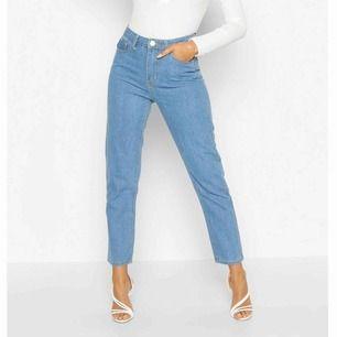 Helt nya jeans från boohoo, vet inte hur dem sitter på då dessa var för små för mig. Högmidjade & en rakare modell. Säljer pg av att det var så svårt & dyrt att returnera att jag gav upp. Kan frakta men då tillkommer fraktkostnad.