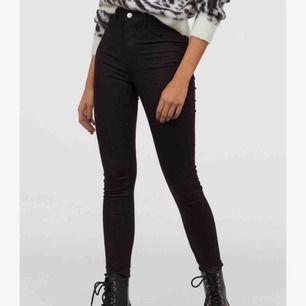 Säljer dessa högmidjade jeans nästan helt nya , ord Pris ;299kr Knappt använda och frakt kan ingå på 170kr!  För mer bilder skriv privat och pris kan diskuteras vid snabba köp