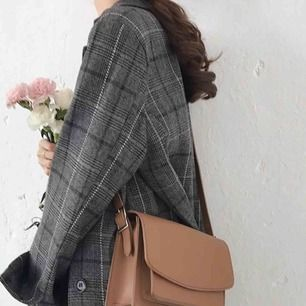 En knappt använd snygg handväska i ljusbrun färg, har två fack. Perfekt för vardagen. Korea inspirerad.