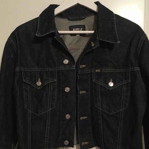 (Vintage) Mörkblå jeans jacka (lite kroppad) Med vita & röda detaljer på ärmarna
