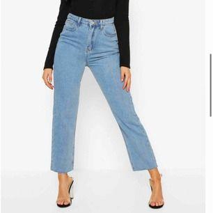 Oanvända jeans från boohoo. Vet inte passformen då dessa var alldeles för stora för mig i midjan (har alltid det problemet). Höga i midjan. Säljer pg av att det var väldigt svårt & dyrt att returnera. Kan frakta men då tillkommer fraktkostnad.
