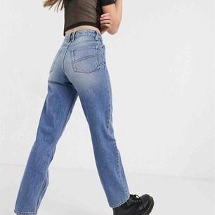 Helt oanvända raka jeans från asos⭐️ w26 l34, hoppas det är okej men bilder från hemsidan! Jag är 163 cm och dem är raka och går hela vägen ner till skon⭐️