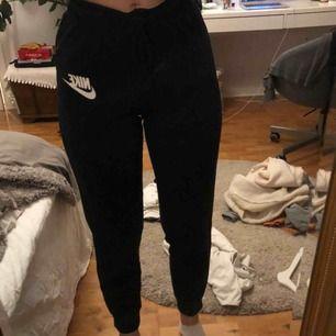 Mjukisbyxor från Nike, lagom långa på mig som är 1,68