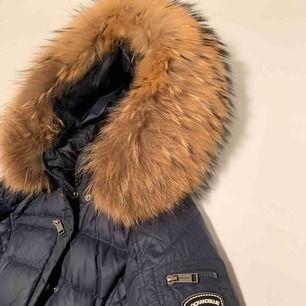 Rock and blue jacka i marinblå med extra stor päls.   Köptes för 3999kr och säljs för 2600kr