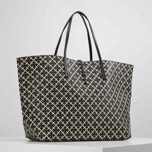 Malene Birger väska i nyskick, nypris runt 3000kr,  Beredd - 48cm Höjd - 28cm, HÖGSTA BUD 1000kr