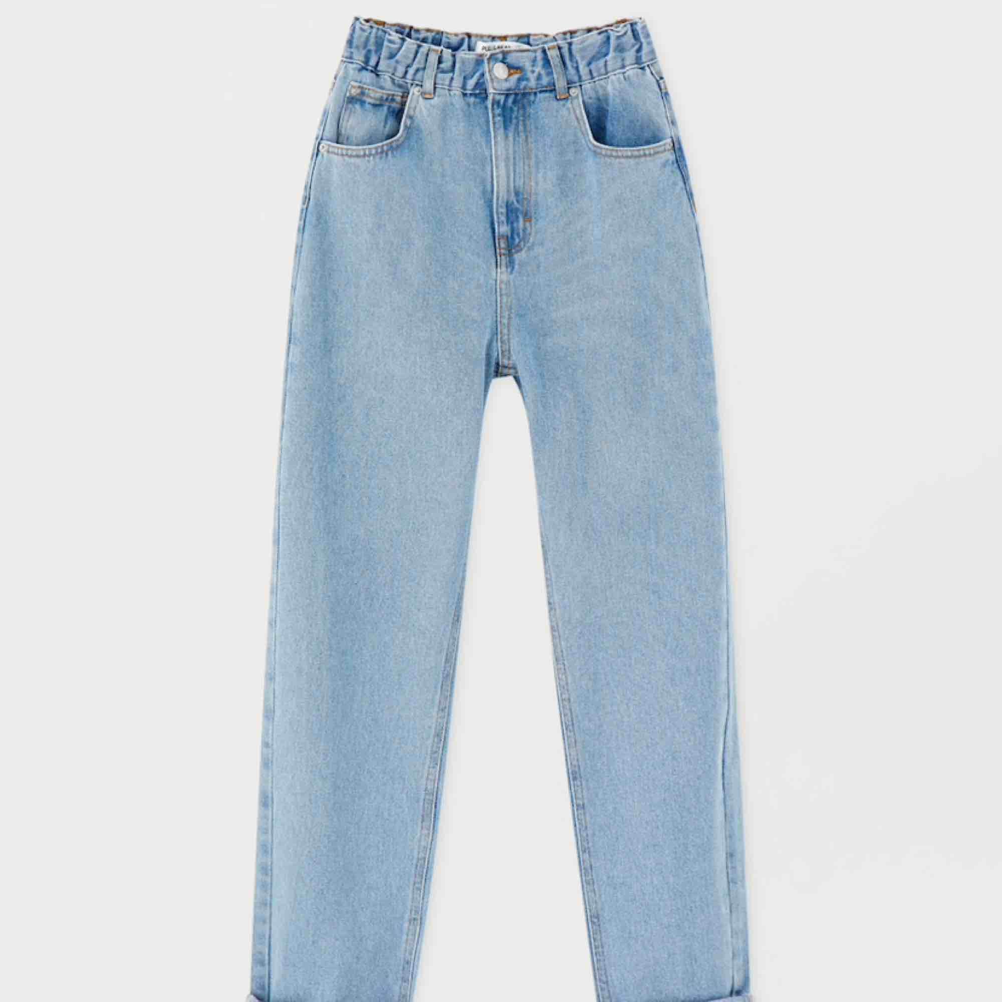Mom jeans från Pull&Bear, ljusblåa med resår i midjan. Kan skicka bättre bilder på om det önskas . Jeans & Byxor.