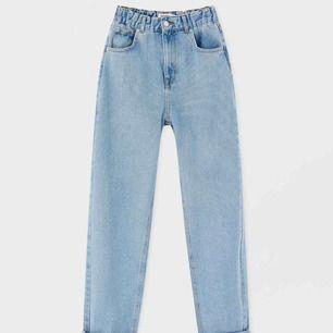 Mom jeans från Pull&Bear, ljusblåa med resår i midjan. Kan skicka bättre bilder på om det önskas