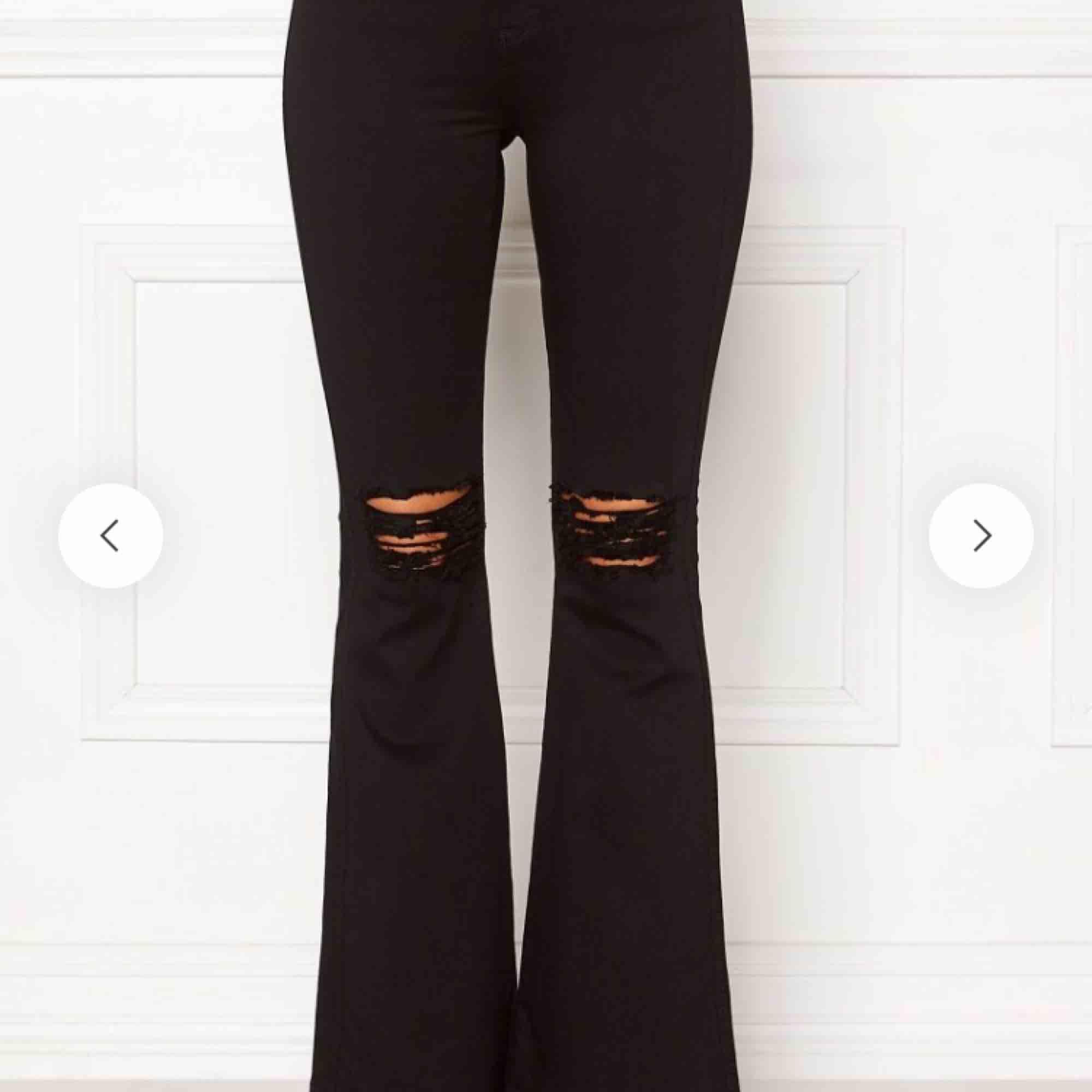 BYTER helst eller säljer dr denim bootcut jeans i vita (hittade inga bilder i vita). Jätte sköna och stretchiga känns knappt som jeans! Hål i och passar mig som är 1,60 ungefär. Byter helst med vita UTAN hål!. Jeans & Byxor.