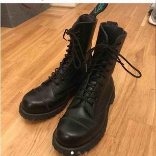 Säljer mina nästintill oanvända skor från getta grip för dr martens. De är i storlek 38 och perfekt skick! Köparen står för eventuell frakt. Annars kan de hämtas i Göteborg. :)