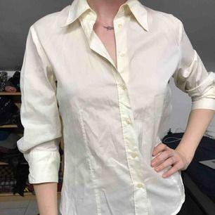 Vit skjorta, figursydd