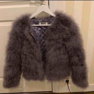 Säljer denna päls jacka endast använd en gång så som ny, inte äkta päls