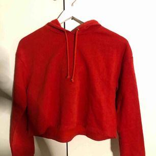 röd oanvänd hoodie från h&m, den är lite croppad men inte alltför. (OBS, den är inte fläckig utan det är ljuset som reflekterar) + frakt avgift tillkommer, kan även mötas upp i sthlm för snabb affär!