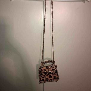 gullig liten leopard väska från bohoo, helt oanvänd!