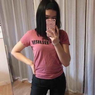 """Rosa tröja från NA-KD, med texten """"BOY BURN""""  Frakt ingår i priset 🥰"""