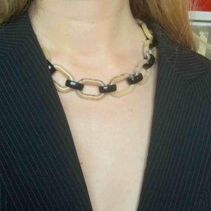 Halsband tillverkad i Italien, frakt ingår i priset!