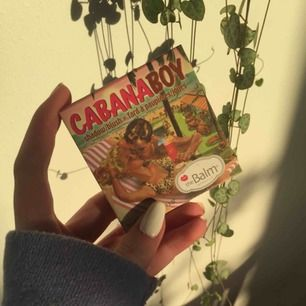 Säljer min CabanaBoy shadow/blush från TheBalm. Den är bara testad, har också sätt till att rengöra spegeln och resten av förpackningen💖 Nypris ca 249kr⭐️  Köparen står för frakt 36kr🥰