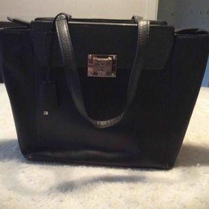 Guess väska ,lite slitage i handtaget på undersidan,syns inte ,se bild.Övrigt fint skick.