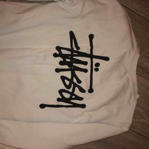 stussy sweatshirt i lite oversize modell