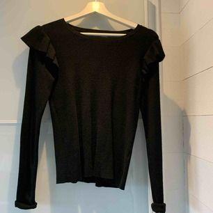 Säljer denna stickade tröja med volanger från bikbok. Köpt för ca 1 år sedan men säljer nu pga att den aldrig kommer till användning. Frakt till kommer, ligger på ca 60kr