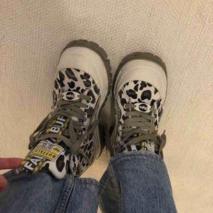 Sjukt coola buffalokängor i grå leopard. Använda max 2 ggr samt passa även storlek 38🌟💋