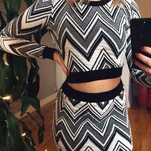 Säljer den här fiiina tröjan och kjolen som är i nyskick. Materialet är väldigt rejält och tjockt och bekvämt.