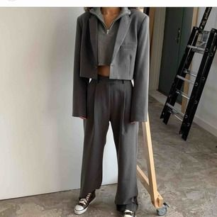 INTRESSEKOLL!  helt oanvända kostymbyxor ifrån Djerf Avenue. 1500kr vid snabb affär inkl.frakt. Skickar ev. tillbaka dom i veckan annars.   Suuuperfina!!