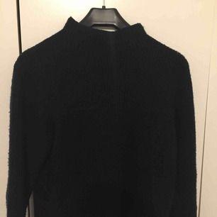 Varm och superskön marinblå stickad tröja. Ej stickig! Frakt 30 kr