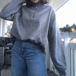En fin grå tröja med polokrage i strl XL men funkar bra på mig som är en S-M beroende på hur man vill ha den. Aldrig använd sedan jag köpte den på humana. Skriv om du har frågor🌟